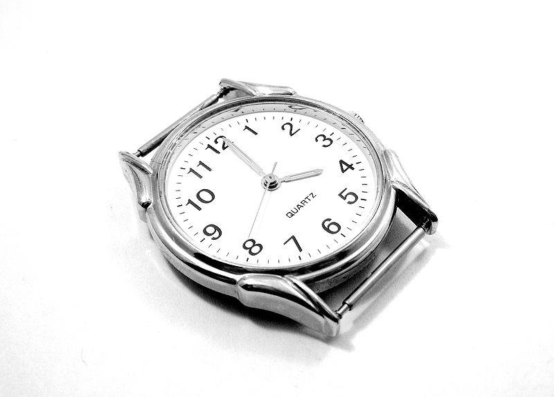 800px-Quartz_watch_ubt_EXP_123